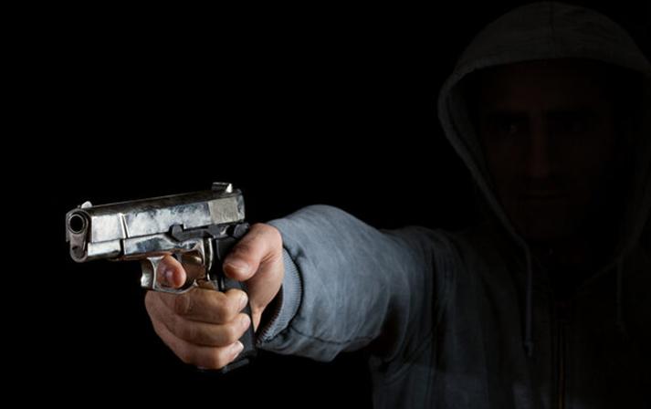 Oyuncaq silahla lombard işçisini hədələyənin cəzası azaldı